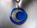 "PENDENTIF ""I Love You To The Moon And Back"" sur fond bleu en résine"